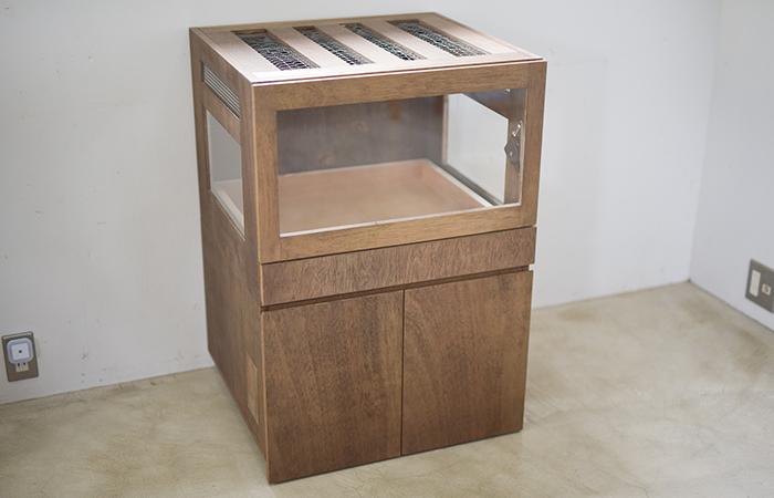 シンプルでシックな木製のケージ