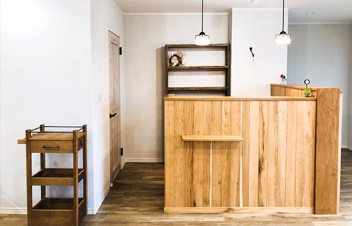 おしゃれな美容室の木製ワゴン